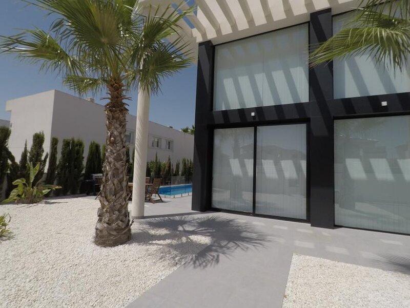 Villa Luminosa - Luxury modern villa with fantastic pool, location de vacances à San Fulgencio