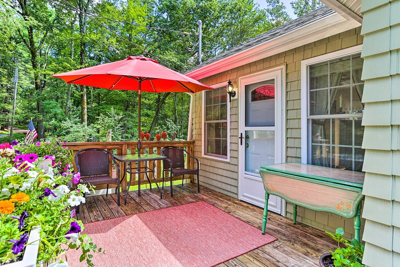NEW! Cozy Lakeside Cottage w/Spacious Deck & Grill, casa vacanza a Port Jervis