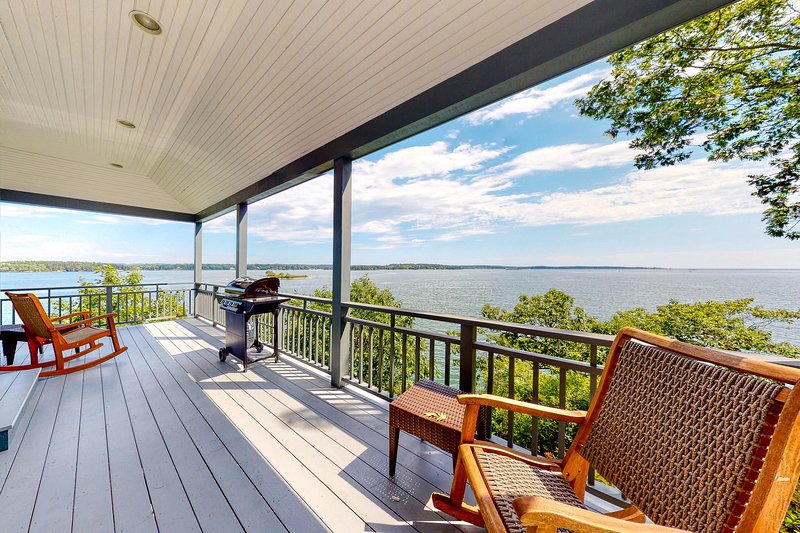 New listing! Oceanfront home w/amazing view, wrap-around deck & 2 fireplaces! – semesterbostad i Georgetown