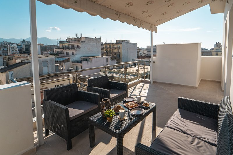 APARTMENT IN THE CENTER OF PATRAS WITH A BEAUTIFUL VIEW TO THE CASTLE., aluguéis de temporada em Drepano