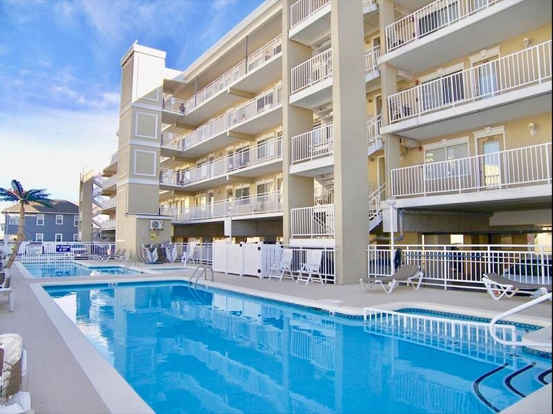 Updated Beach Block Condo 1 Bed 1 Bath-North Wildwood NJ-25 year age minimum, holiday rental in North Wildwood
