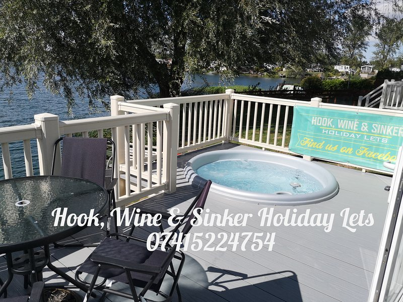 Hook, Wine & Sinker Hot Tub Holidays at Tattershall Lakes, holiday rental in Digby