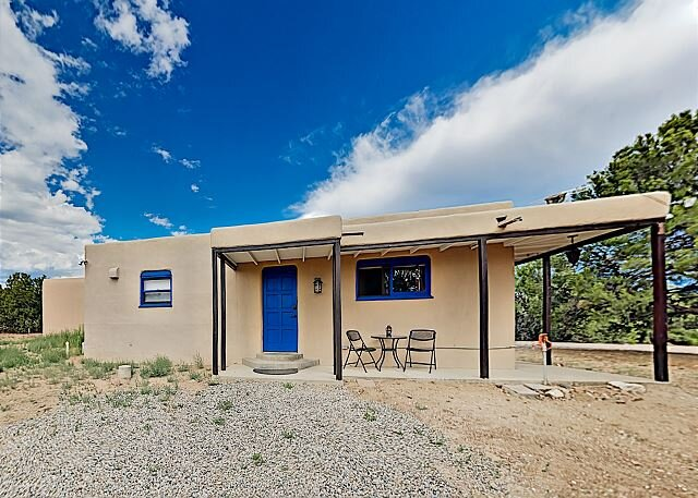 Peaceful Mountain-View Retreat on 3 Acres - 10 Mins to Historic Plaza, holiday rental in Galisteo