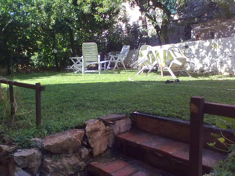 Bilocale romantico con giardino in centro a Lerici, vacation rental in Pugliola