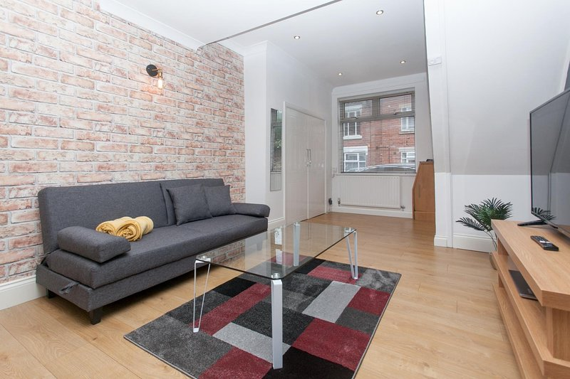 NEW Cosy 2BD Home Close To Centre Stoke On Trent, vacation rental in Audley