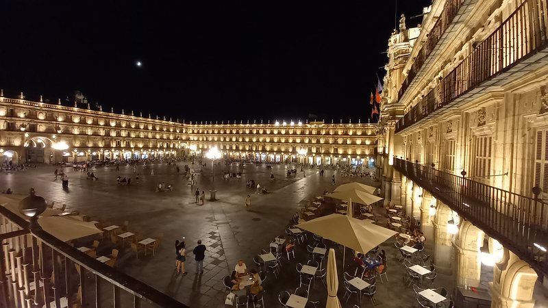 Piso en la misma Plaza Mayor de Salamanca. Disfruta de nuestros balcones VIP, holiday rental in Roscales de la Pena