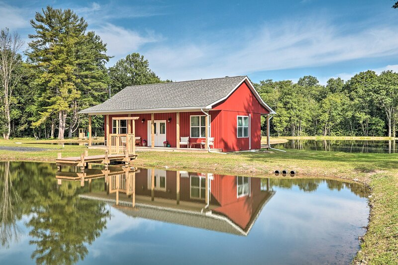 NEW! Cottage w/Pond Views ~ 13 Mi to Camelback Mtn, holiday rental in Saylorsburg