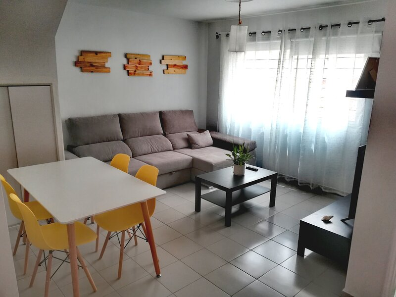 Salón comedor, sillas y mesa adicional en la cocina.