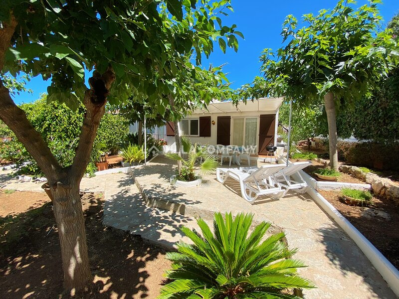 Villa with Private Garden and 10 minute Walk from White Sand Beach, location de vacances à Son Vitamina