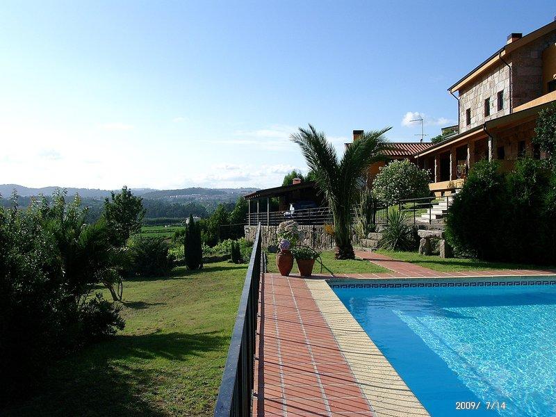 Spacious Villa Private POOL Diving Board Veranda BBQ Internet Games Room, alquiler de vacaciones en Pacos de Ferreira