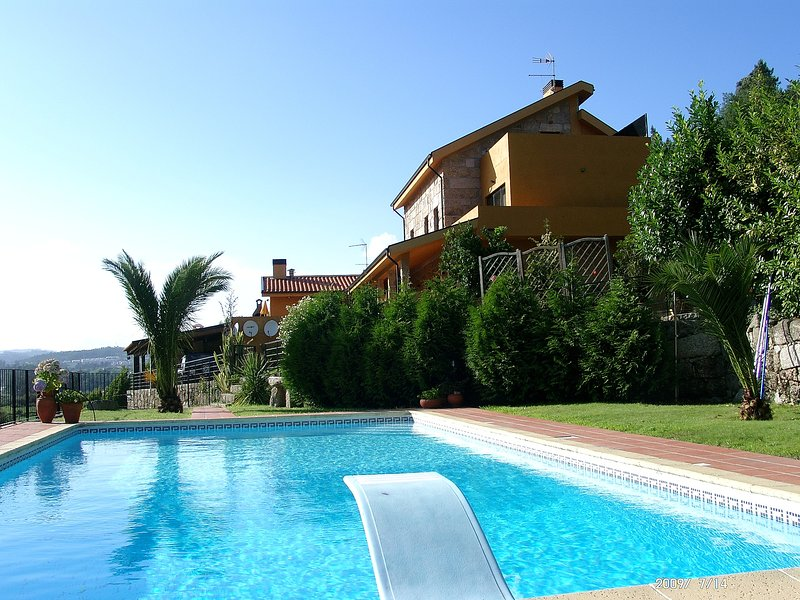 holiday villa rental with private pool Diving Board  BBQ Internet Games Room, location de vacances à Penafiel