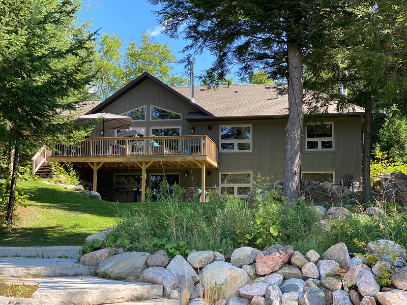 Cichon Cottage - Year Round Executive Lake Front Cottage, aluguéis de temporada em Gooderham