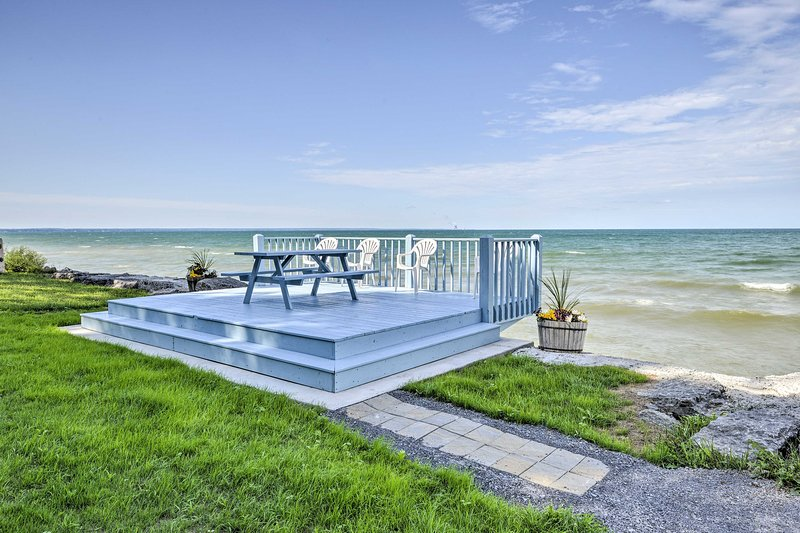 Lake Ontario Waterfront Cottage w/ Deck+Grill, holiday rental in Orwell