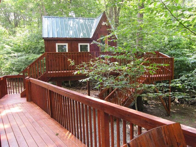 Emperor Cabin with Tiny house, Treehouse and bar, holiday rental in Tobyhanna