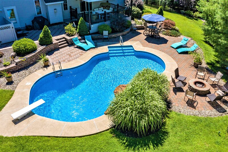 Incredible Colonial House in the Heart of the Poconos with Private Heated Pool, location de vacances à Long Pond