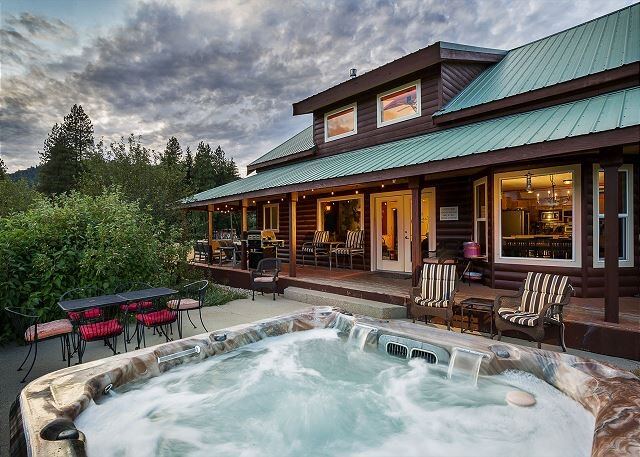Acreage, WiFi, Hot Tub, Fido OK and room for everyone, holiday rental in Leavenworth