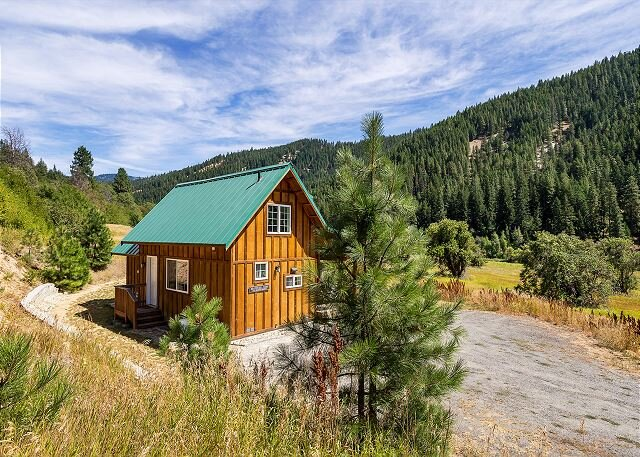 Adorable bungalow with hot tub, and just 15 minutes to Leavenworth, holiday rental in Leavenworth