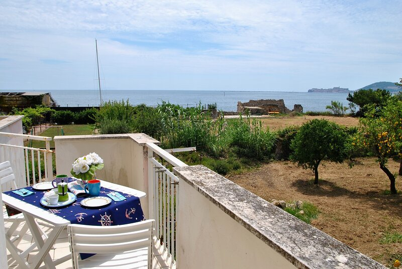 Air-conditioned apartment with sea view balcony in the center of Formia, alquiler de vacaciones en Formia