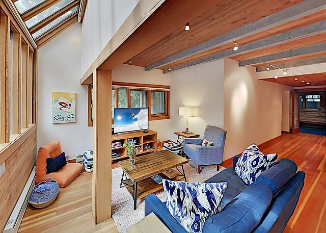 Modern Mountain-View Getaway - Fireplace, Walk to Private Ski Locker by Lifts – semesterbostad i Taos Ski Valley
