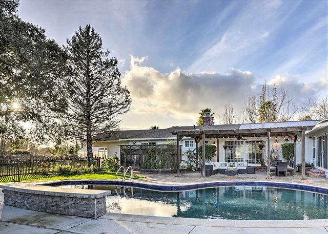 Enchanting Wine Country Estate w/ Private Pool, Hot Tub & Billiards Room, location de vacances à Vineburg