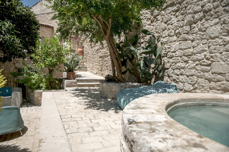 Anime a Sud - Residenza HORTUS | Enchanting Ancient Villa with Garden, vakantiewoning in Modica