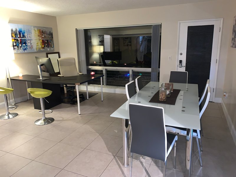 Modern Home on the water with private pool, holiday rental in Coconut Creek