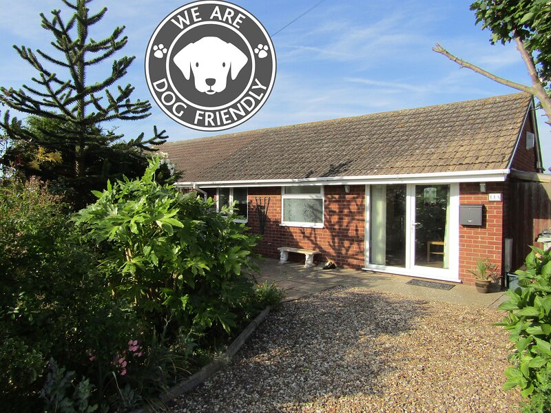 Breakwater Bungalows in Sutton on Sea 50 meters from miles of dog friendly beach, location de vacances à Sutton-on-Sea