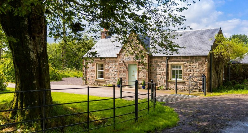 RANNAGULZION LODGE-A BEAUTIFUL SCOTTISH COTTAGE TO RENT in BRIDGE OF CALLY Max 6, Ferienwohnung in Blairgowrie