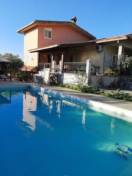 Nice villa with shared pool, holiday rental in Militello in Val di Catania