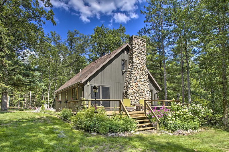 NEW! Rustic Riverside Retreat w/ Wraparound Deck!, holiday rental in Baldwin