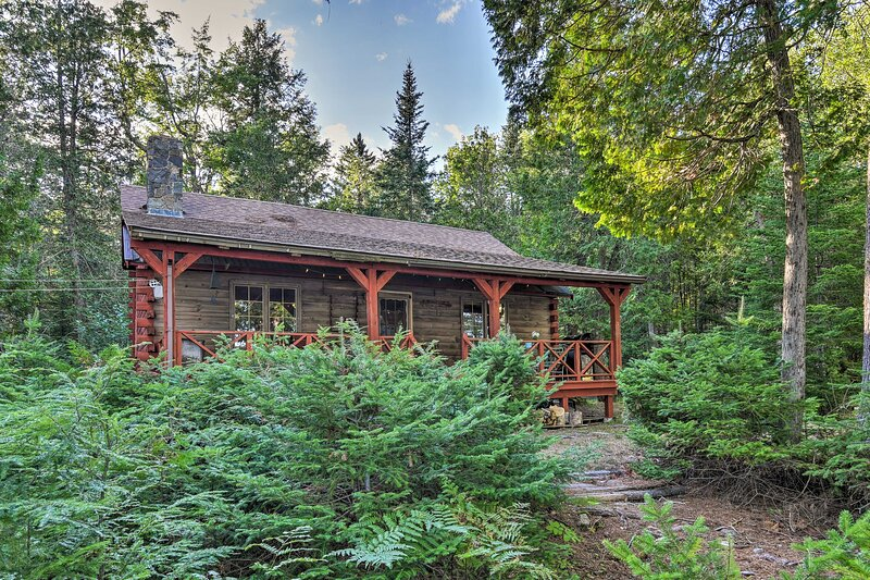 NEW! Lakeside Livin': Cozy Cabin Steps to Water!, holiday rental in Sebec