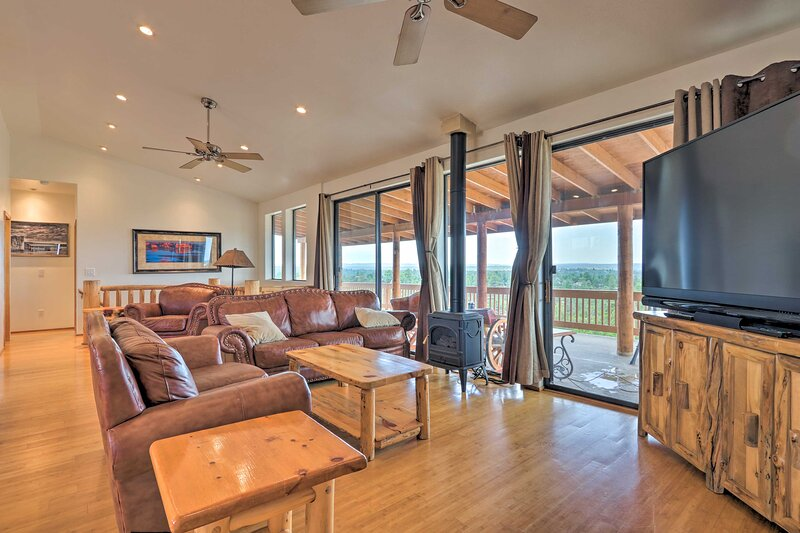 Overgaard Cabin w/Pool Table+Incredible View!, holiday rental in Forest Lakes