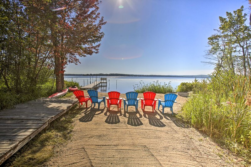 Lakefront Interlochen House w/ Dock + Kayaks!, alquiler de vacaciones en Interlochen