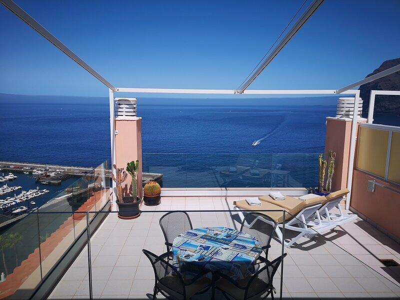 SPECTACULAR SUNNY APARTMENT WITH WIFI, POOL, PANORAMIC CLIFF & SEA VIEWS., alquiler de vacaciones en Santiago del Teide
