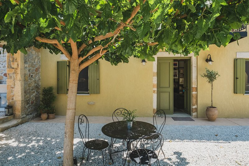 Casa Olea - A Venetian era Home with Courtyard, holiday rental in Manoliopoulo