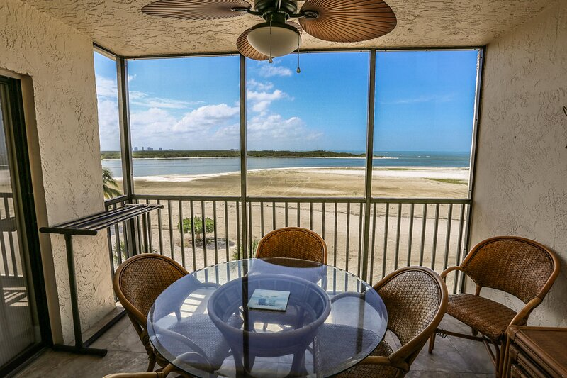 Beautifully Remodeled Beachfront Condo, vacation rental in Survey Creek