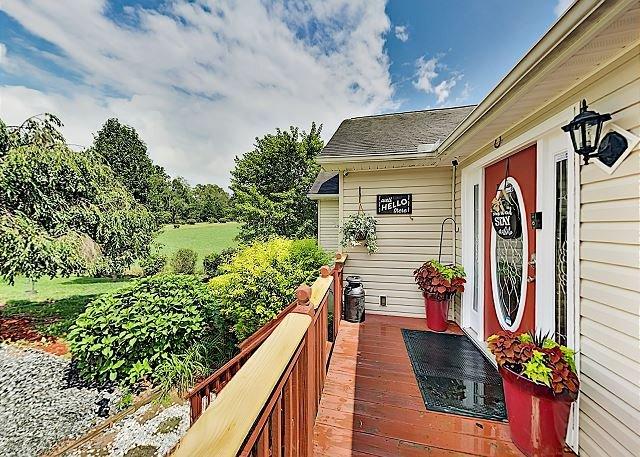 Modern Farmhouse w/ Deck, Grill & Firepit, holiday rental in Mills River