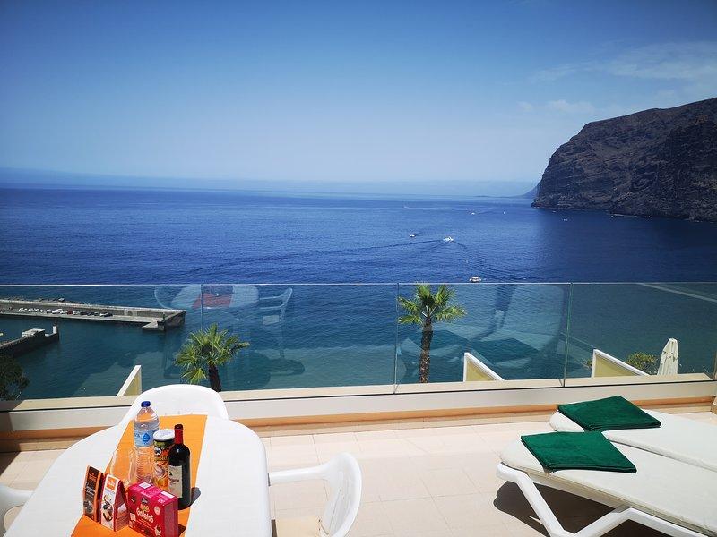 ROMANTIC RETREAT IN PRIME POSITION WITH STUNNING VIEWS TO CLIFFS, MARINA & SEA., alquiler de vacaciones en Santiago del Teide