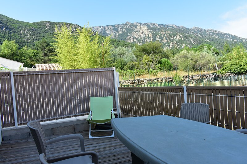 Appartement n°3 accessible aux PMR, piscine à Mons, holiday rental in Vieussan