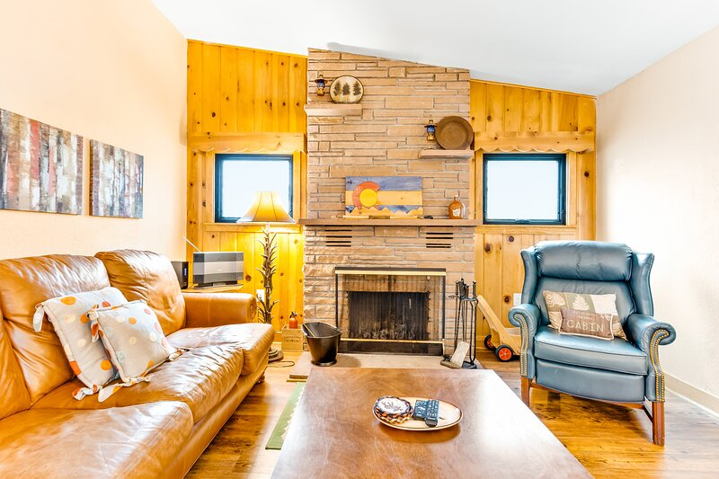 Cozy, waterfront river cabin with mountain views & private hot tub, holiday rental in Estes Park