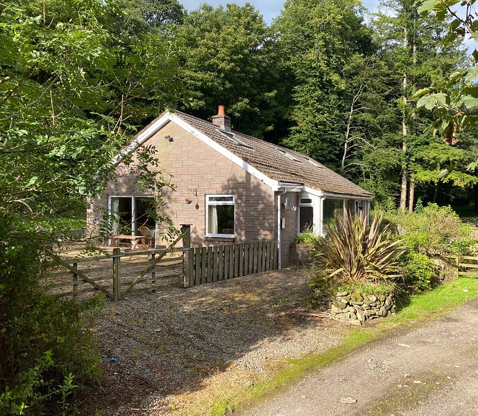 Captivating Cottage on Private Estate, Sleeps 6., casa vacanza a St. John's Town of Dalry