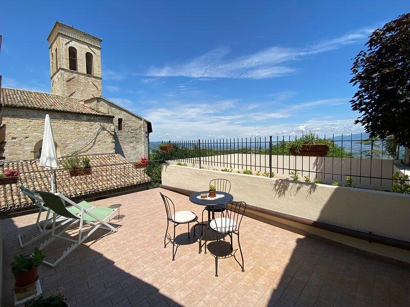 Appartamento con terrazza panoramica in centro storico Montefalco, vakantiewoning in San Valentino