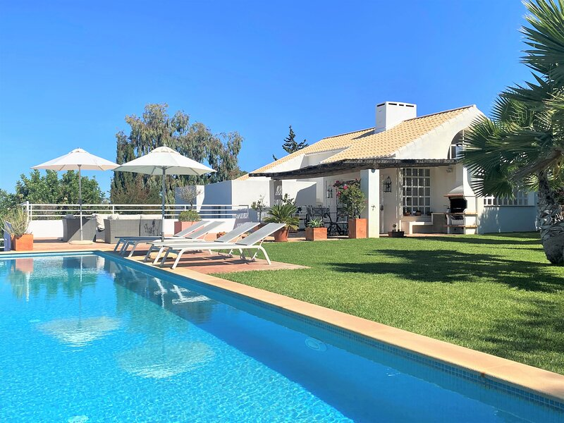 Guia (Albufeira): Stylish villa with infinity pool and breathtaking views, alquiler de vacaciones en Faro District