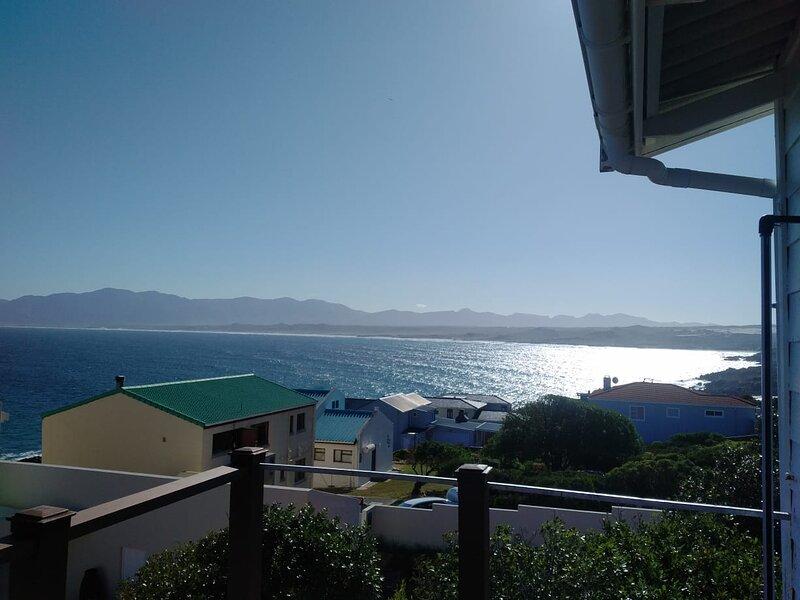Guppy Huys Oceanfront Holiday Villa, holiday rental in Kleinbaai