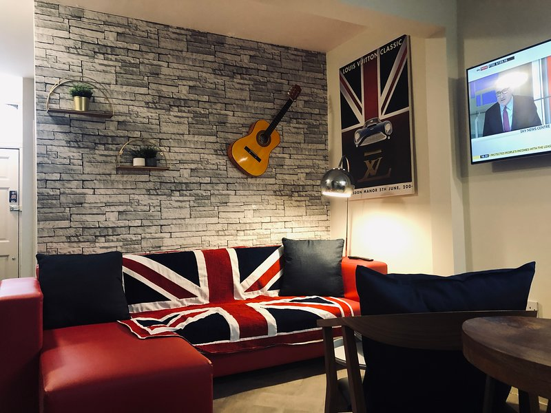 Home Rental Britannia Style sleeps 7 near LFC and Liverpool city Centre, location de vacances à Prescot