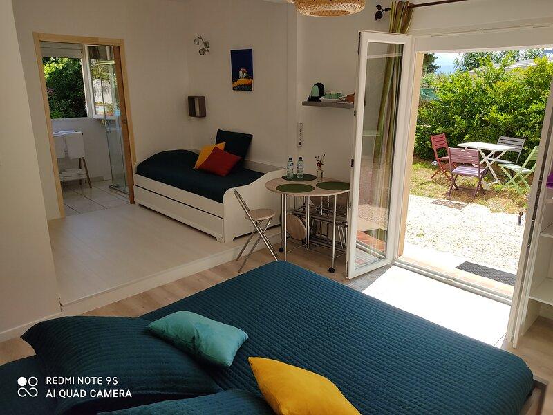 Bienvenue au 'Rayon vert', chambre 'fleur de thym'. Proche Perpignan et littoral, holiday rental in Villeneuve