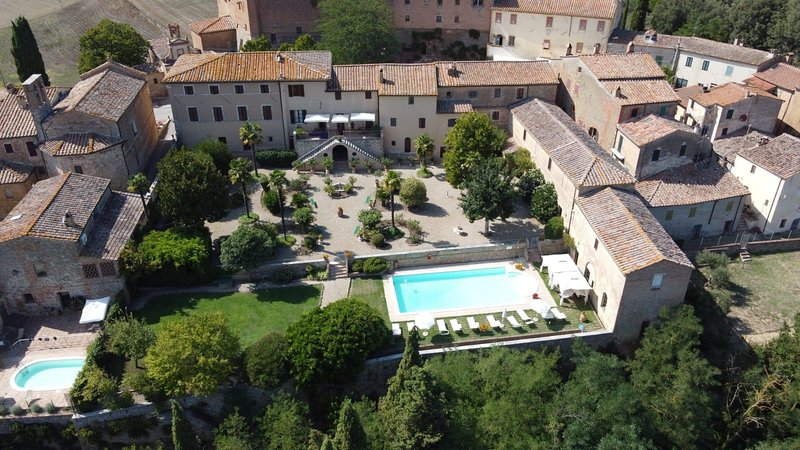 Private,historic Villa La Consuma 8BDR: in a village with pool,garden,WiFi,view, holiday rental in San Giovanni d'Asso