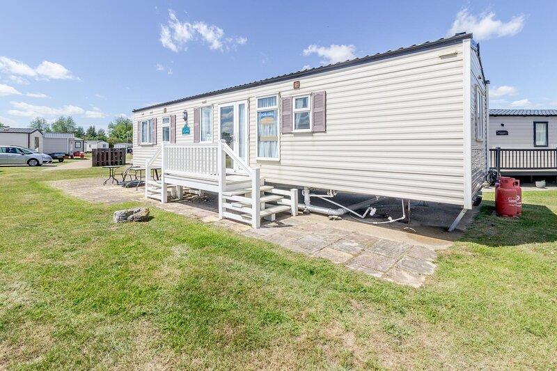 By the seaside dog friendly caravan at Haven Hopton in Norfolk ref 80015W, holiday rental in Hopton on Sea