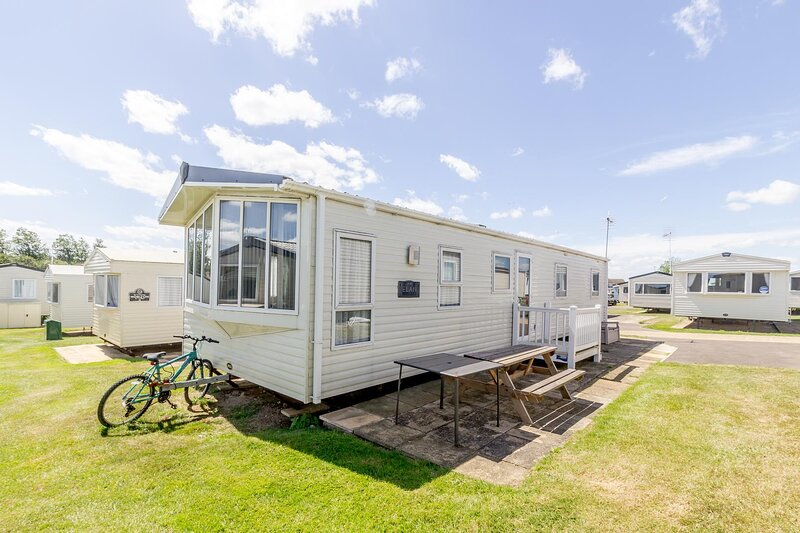 Luxury dog friendly caravan for hire at Haven Hopton in Norfolk ref 80005F, vacation rental in Hopton on Sea