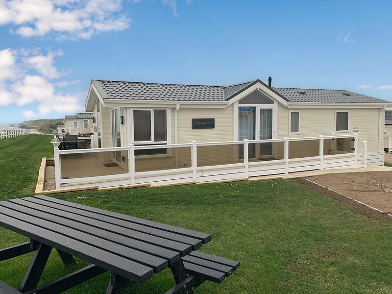 FULL sea view Luxury lodge and amazing views at Hopton Haven ref 80055S, vacation rental in Hopton on Sea
